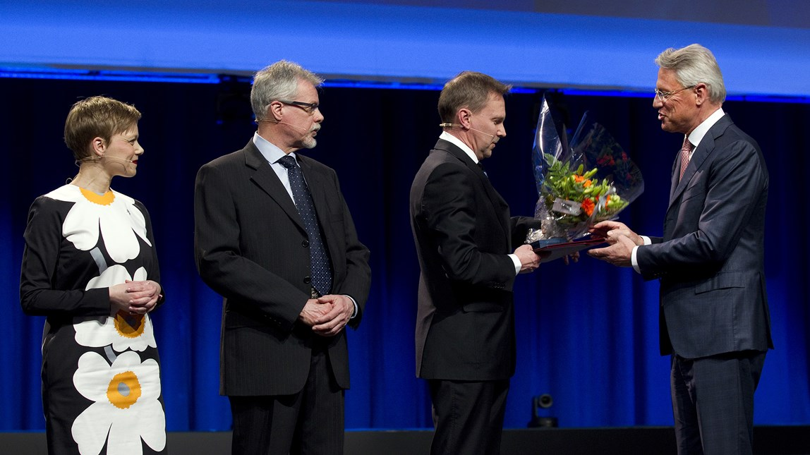 Minna Pirkkanen, Hannu Helen and Jouni Teppo recieving the Wilhelm Haglund medal from Björn Rosengren.