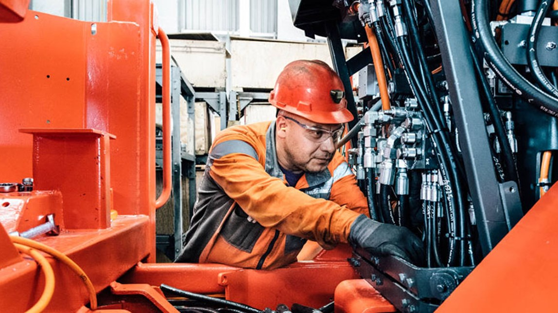 Sandvik employee in Mexico doing maintenance